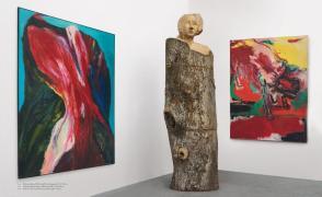 Mitte: Holzgedächtnis. Gabriele Münter_Baum (308 x 100 x 80 cm, 2008) zwischen links: Blutender Berg ( 210 x 180 cm, 2005) und rechts: Wutkuh (200 x 165 cm, 1997)