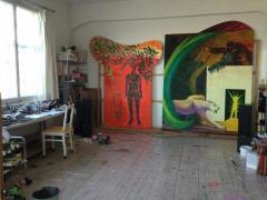 """Blick ins Atelier De Muynck vom 05.04.2020. Im Hintergrund sind links """"Metamorph"""" und rechts """"Und irgendwo"""" zu sehen, die gerade fertigegestellt wurden"""