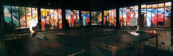 """Nach der Vorstellung / After the Play Leuchtkasten C-Foto mit Toncollage. 82 x 210 x 16 cm, 2002. Städtisches Museum, Engen. Interaktive Bühnenmalerei, entstanden während der Aufführung von Natascha Kantors Tanztheater """"La Gourmandise"""", La Guillotine, Montreuil, Paris, 17. September 2001. Hinterglasmalerei, Originalgröße 7,80 × 1,30 m"""