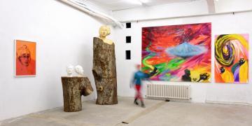 Links: Installation Hommage à Gabriele Münter. Rechts: Up Up & Away (300 x 240 cm, 2014) und Il y a Trois Jours (190 x 120 cm, 2015)
