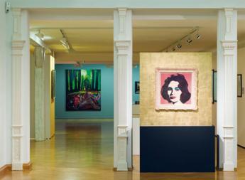 Ausstellungsansicht Glanz und Glamour, Städtische Galerie Überlingen 2006 – Im Hintergrund Rita De Muyncks Requiem